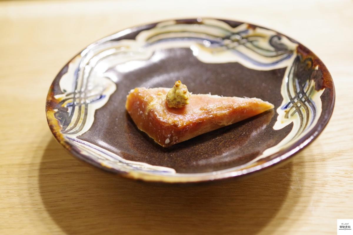 梶賀の炙りビンチョウマグロとマスタード